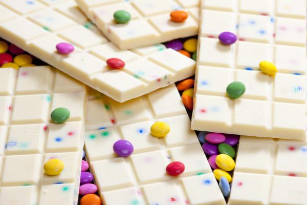 martwa natura bialej czekolady z smarties