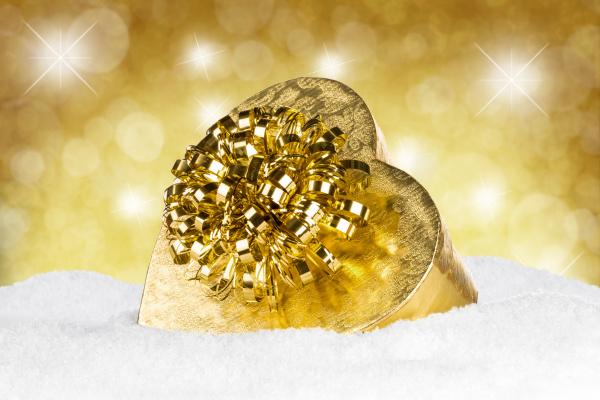 zloty prezent na sniegu przed zlotym