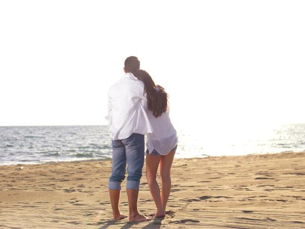 mloda para na plazy bawic
