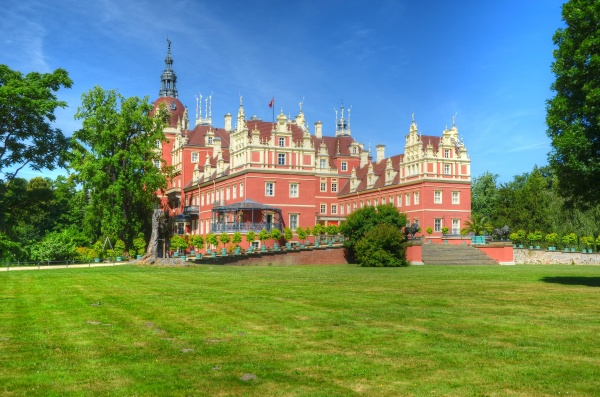 zamek w parku ksiecia puecklera
