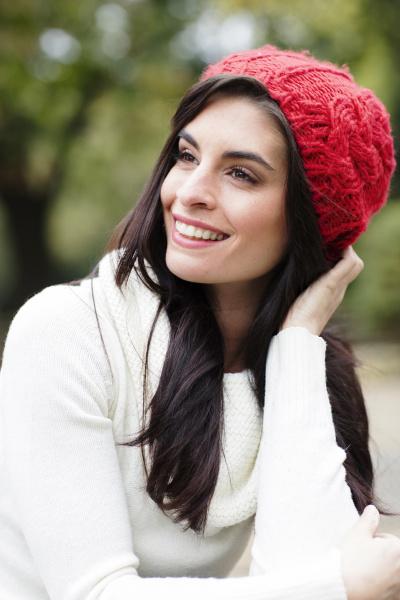 portret usmiechnieta mloda kobieta ma na