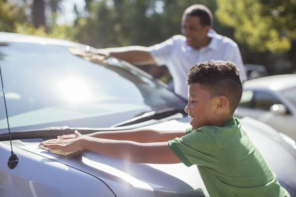 dziadek i wnuk wycierania samochodu