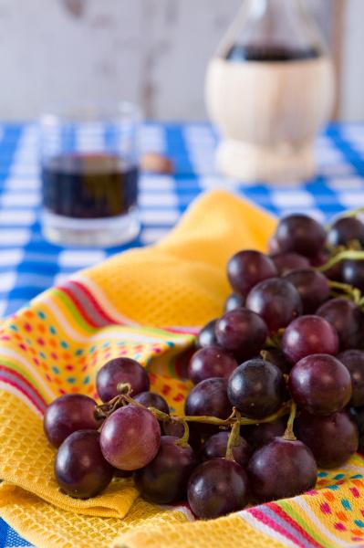 zblizenie bukiet czerwonych winogron i kieliszek