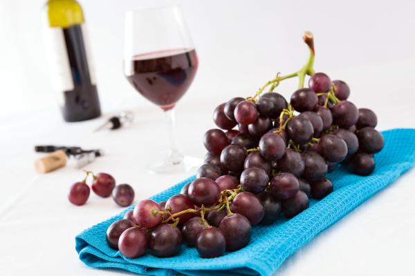 zbliżenie, kilka, czerwonych, winogron, i, kieliszek - 18943267