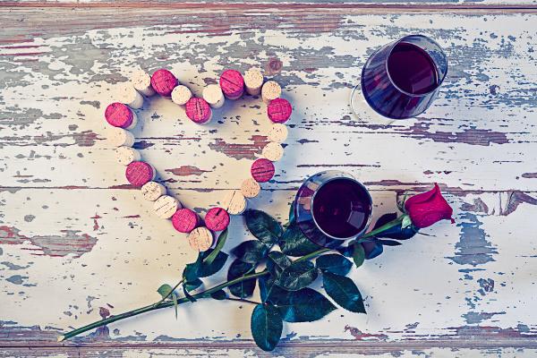 dwie szklanki czerwonego wina i serce