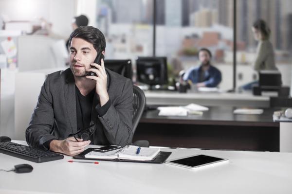 biznesmen na telefon w biurze