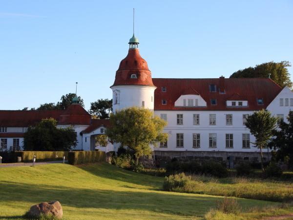 zamek nordborg w danii o zachodzie