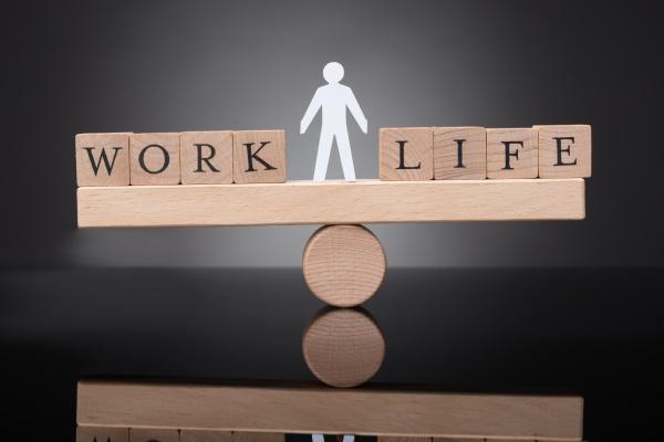 ludzka postac rownowazaca sie miedzy praca