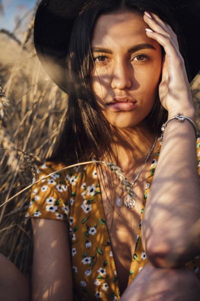 portret mlodej kobiety ubranej w letnia