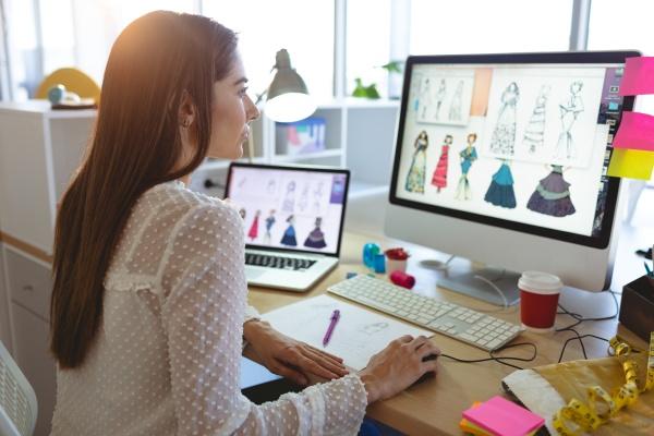 kobieta projektantka mody pracujaca na komputerze