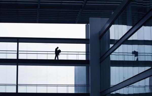 sylwetka mlodego biznesmena we wnetrzu nowoczesnego