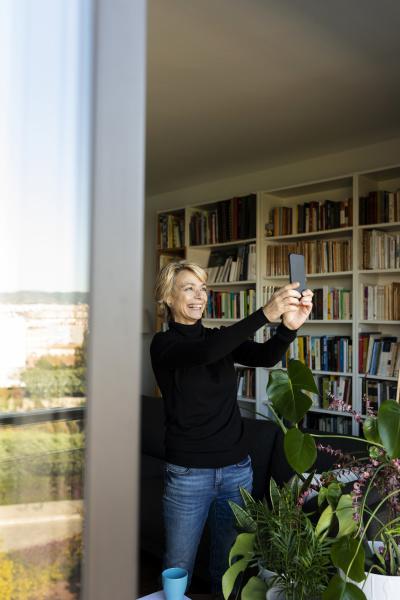 szczesliwa dojrzala kobieta robi selfie w