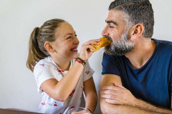 szczęśliwa, córka, karmiąca, ojca, w, domu - 28051768