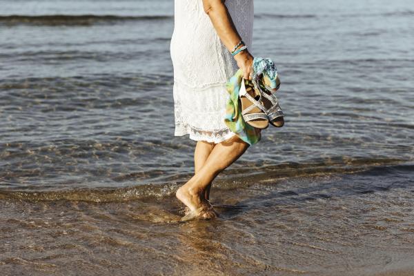 zbliżenie, starszej, kobiety, brodzącej, w, morzu - 28052759
