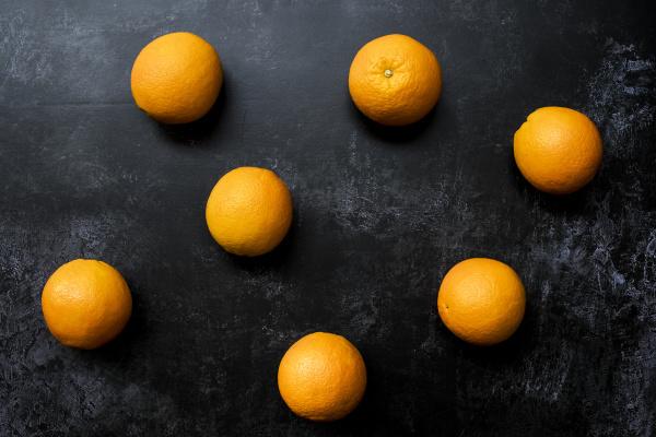 wysoki, kąt, zbliżenia, pomarańczy, na, czarnym - 28194535