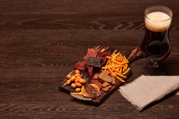 szklanka, z, piwem, i, przekąskami - 28217455