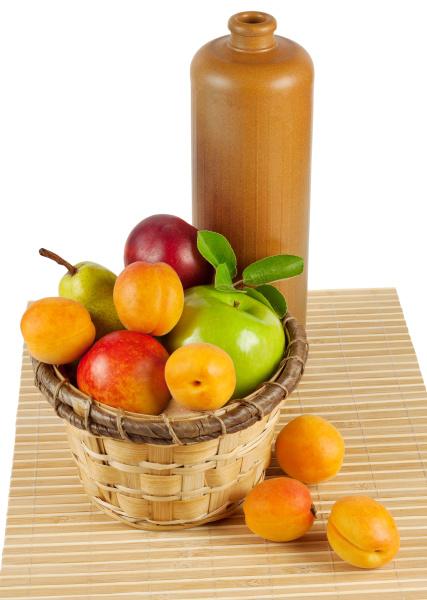 martwa natura z owocami i butelka