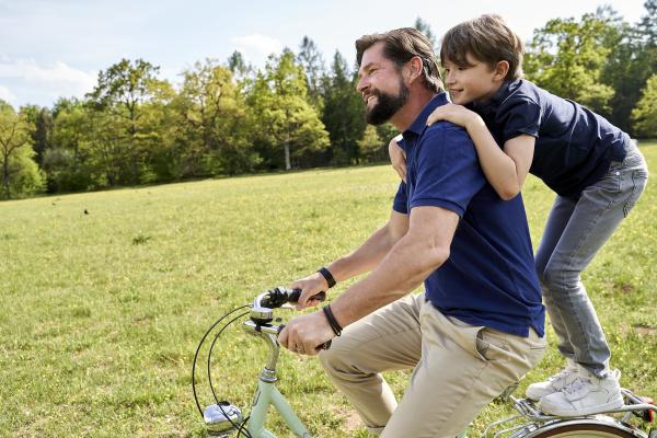 szczesliwy ojciec i syn korzystajacych z