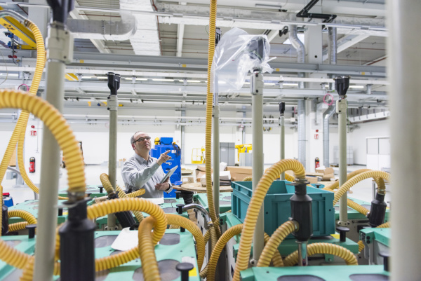 biznesmen trzymajacy tablet w fabryce