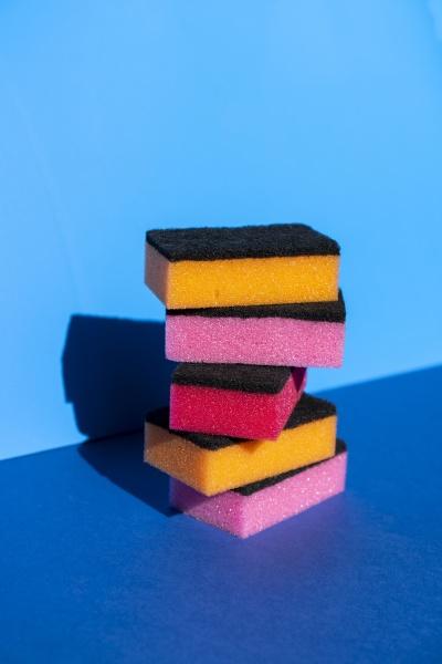 stos kolorowej gabki do czyszczenia na