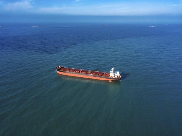 widok z lotu ptaka kontenerowca plywajacego