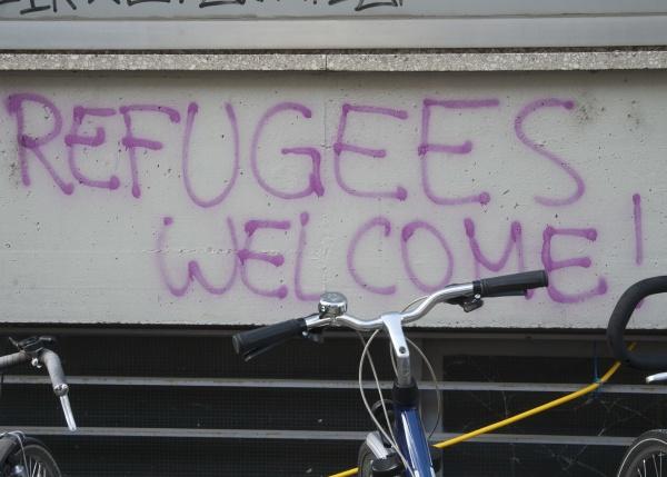 uchodzcy witamy napisane na scianie