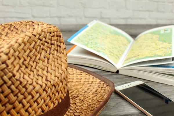 słomkowy, kapelusz, przewodnik, z, mapą, i - 30781163