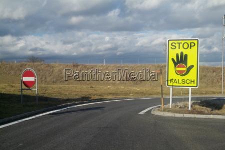 tarcza sygnal znak niebezpieczenstwo zagrozenia reka