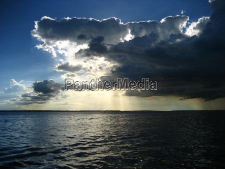 wieczorne niebo nad rio negro amazon