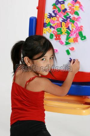 mloda dziewczyna gra z literami