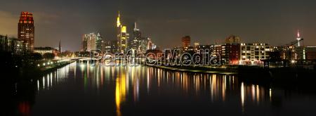 skyline panoramy w nocy