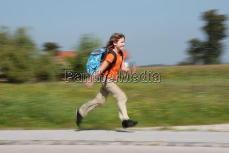 dziewczyna biegnie do szkoly