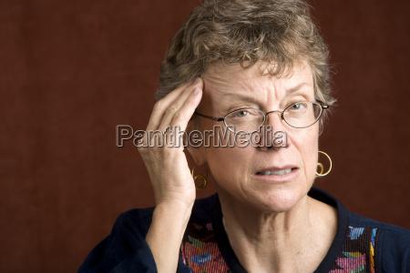 kobieta z bolem glowy