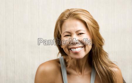 etniczna kobieta na bialym tle wydruku
