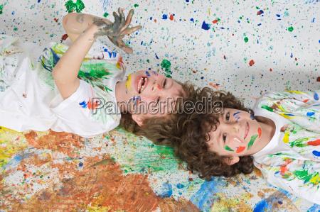 dzieci bawiace sie z malarstwem
