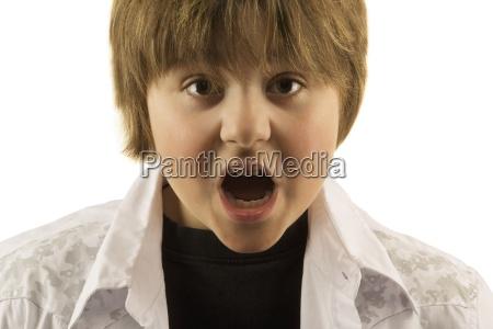 mlody chlopak z otwartymi ustami patrzac
