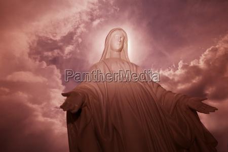 an angel statue