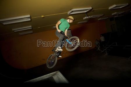 czlowiek robi wyczyn rower