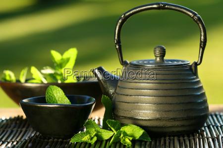 czarny asian czajniczek z herbata mietowa