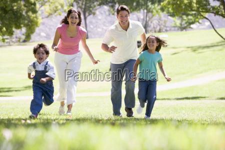 rodzina uruchomiony na zewnatrz usmiechniety