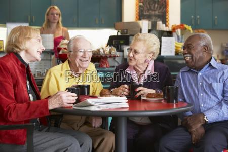 starsi dorosli o poranna herbate razem