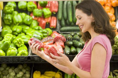 kobieta zakupow papryki dzwonowej w sklepie