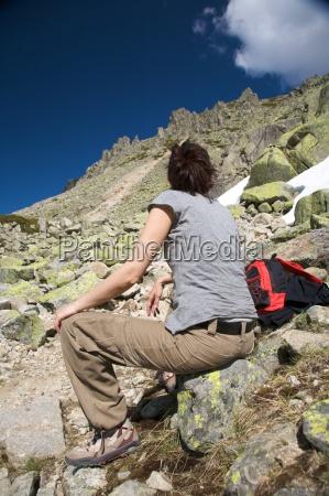kobieta odpoczynku miedzy skalami