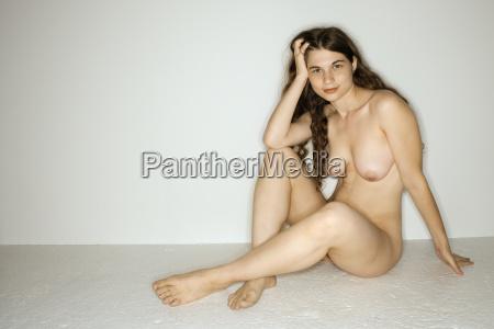 naga kobieta siedzi