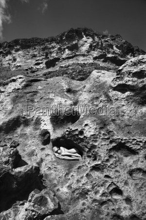 naga kobieta na skale