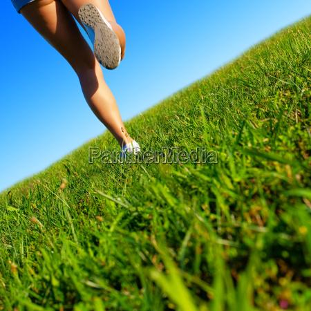 fit mloda kobieta working out