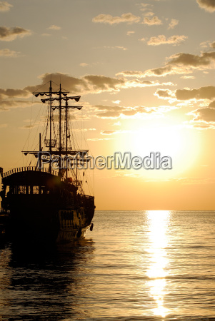 statek piracki na tle wschodu slonca