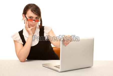 pretty zenski pracownik biurowy z laptopa