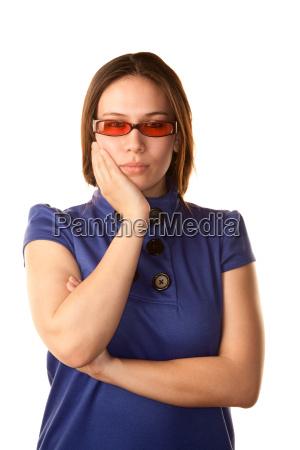 dosc mloda kobieta w niebieskiej sukience