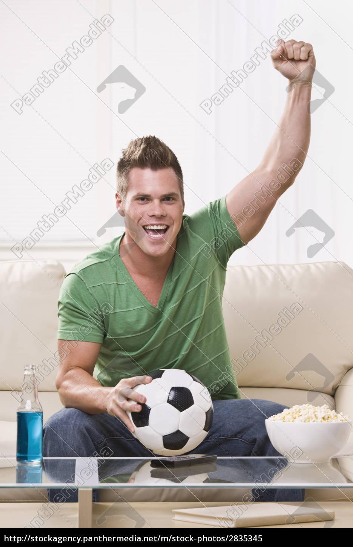 soccer, fan, pompowanie, pięścią, podczas, oglądania - 2835345